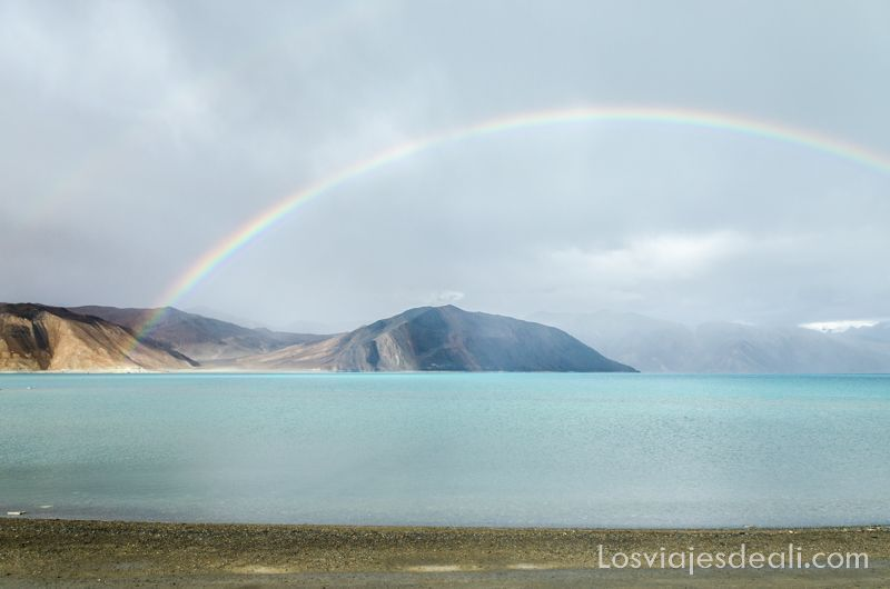 arco iris en el lago pangong agua