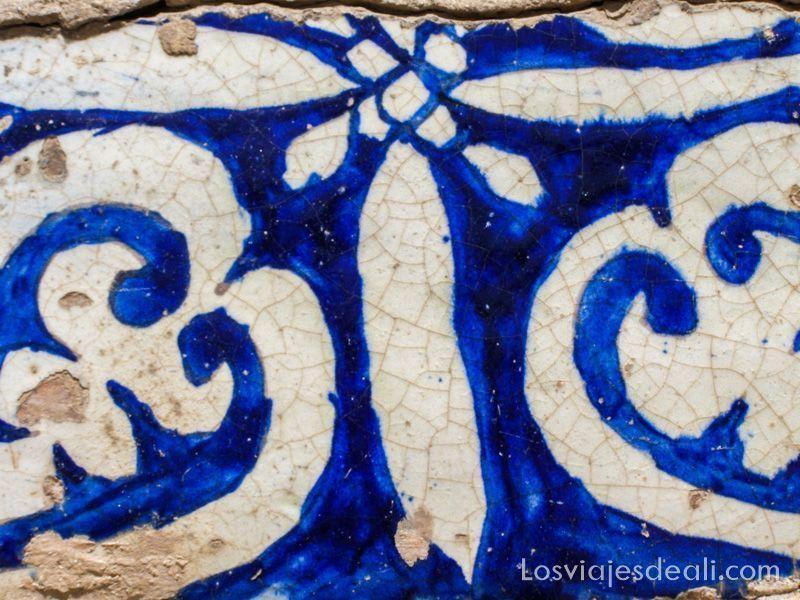 azulejo con dibujos azuly blanco del mausoleo de Abakh Khoja