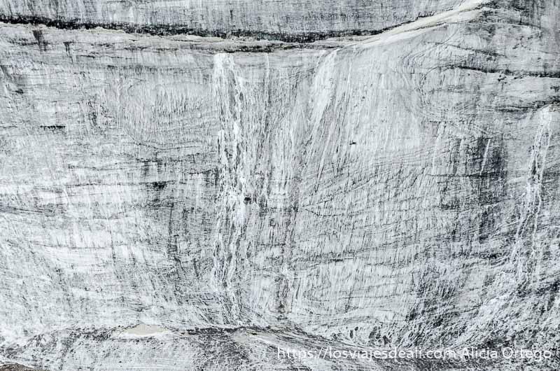 pared de montaña totalmente cubierta de hielo lleno de grietas de camino al lago pangong en ladakh
