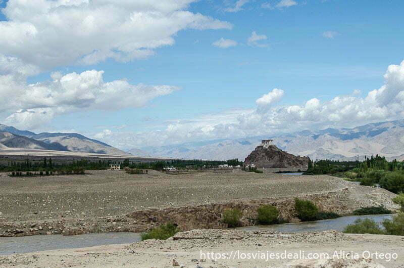 monasterio sobre una montaña en el valle del indo