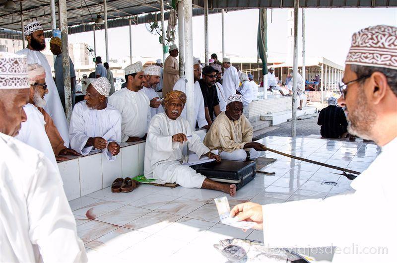 subasta de atunes en el mercado de pescado en Omán