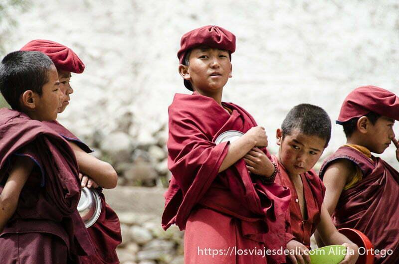 niños monje con sus platos de la comida valle del indo