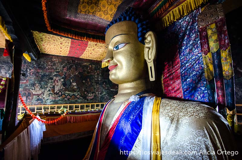 gran buda en el interior del monasterio en valle del indo