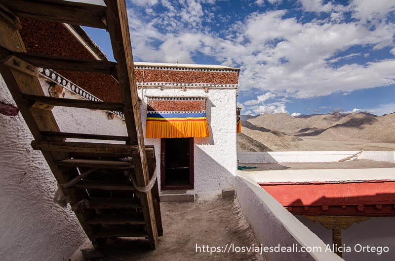escaleras en la terraza del monasterio con paisaje alrededor