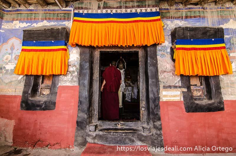 monjes entrando en una sala del monasterio valle del indo