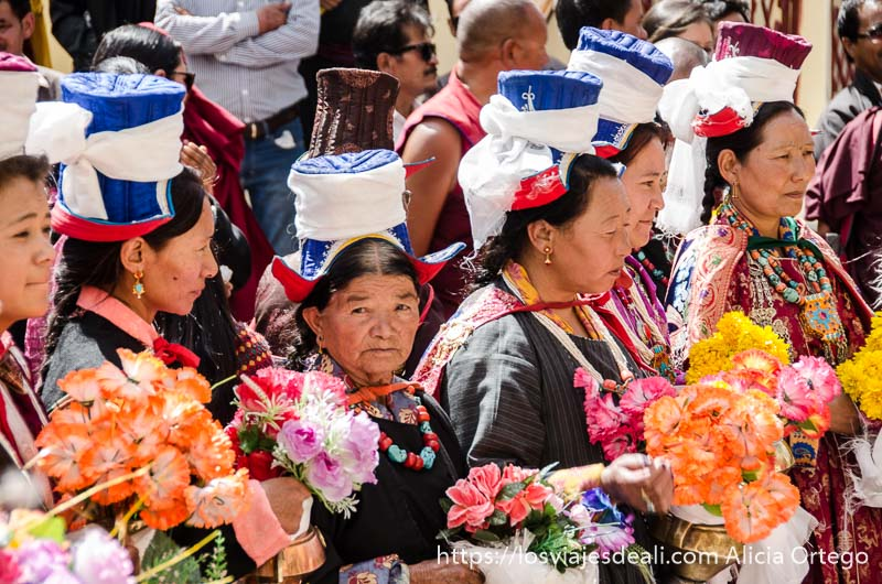 mujeres tibetanas con ramos de flores y sus mejores galas valle del indo