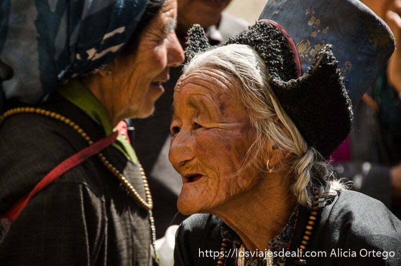anciana sonriente con cabello largo blanco y trenzado y sombrero tibetano valle del indo