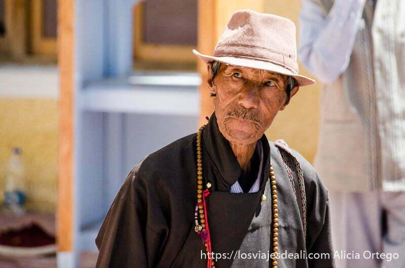 señor tibetano con gorro y rosario de oración al cuello valle del indo