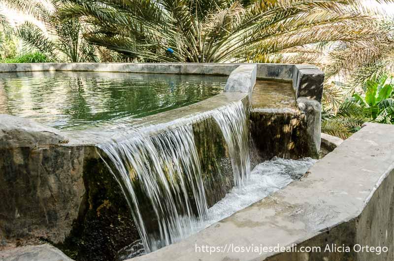 agua cayendo de un depósito de agua en un oasis de la cordillera al hajar