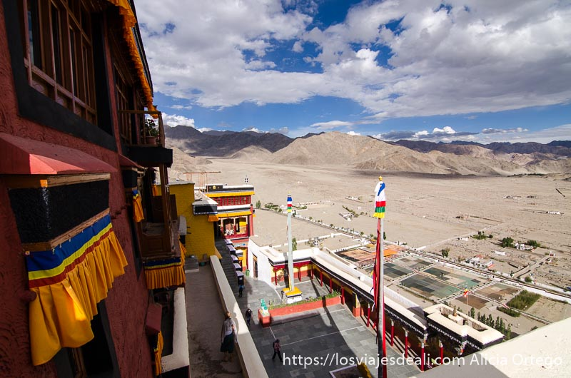 monasterio de Thiksey desde arriba con paisaje y nubes una conferencia del dalai lama