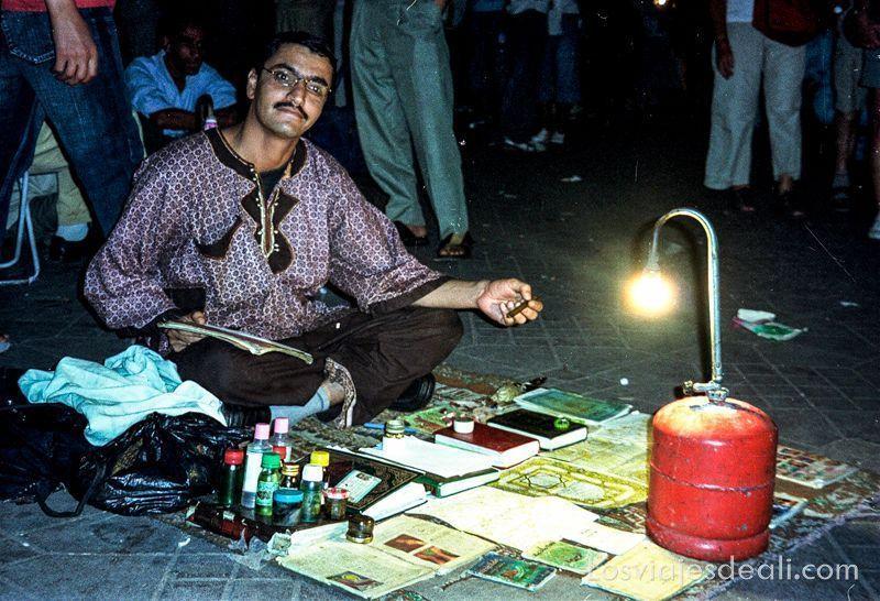 escribiente de la plaza Djemma el Fna en Marrakech los viajes y el tiempo