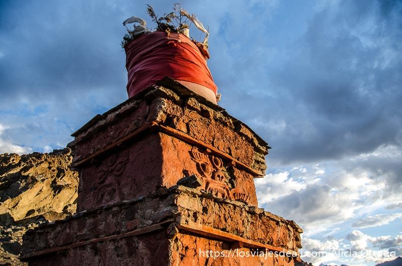 estupa con luz de atardecer trekking cerca de leh