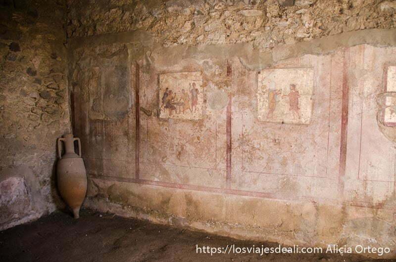 interior de taberna con dibujos en las paredes representando escenas del lugar visita a pompeya