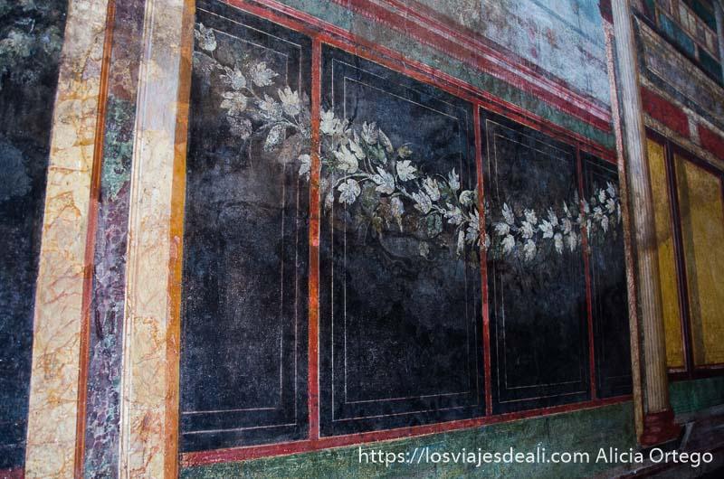decoración de la pared con guirnalda de flores visita a pompeya