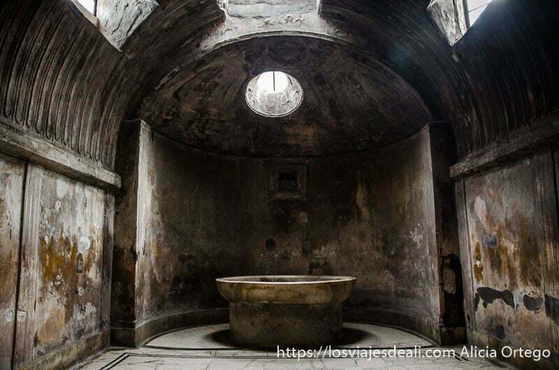 sala abovedada con tragaluz y pila grande en el centro visita a pompeya