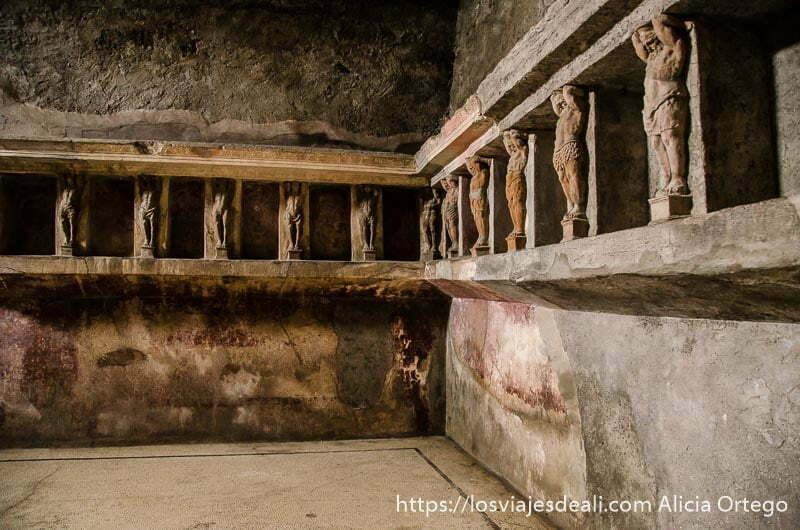 sala de guardarropa con nichos en la pared para guardar objetos personales visita a pompeya
