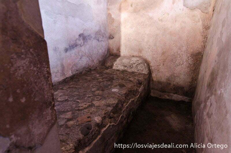 cama de piedra del lupanar de pompeya