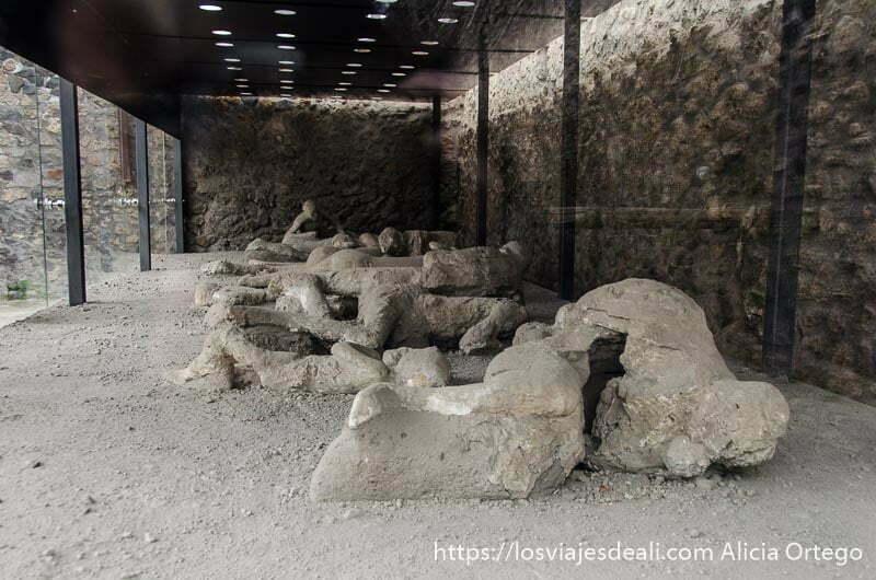 fila de cadáveres sacados de la lava