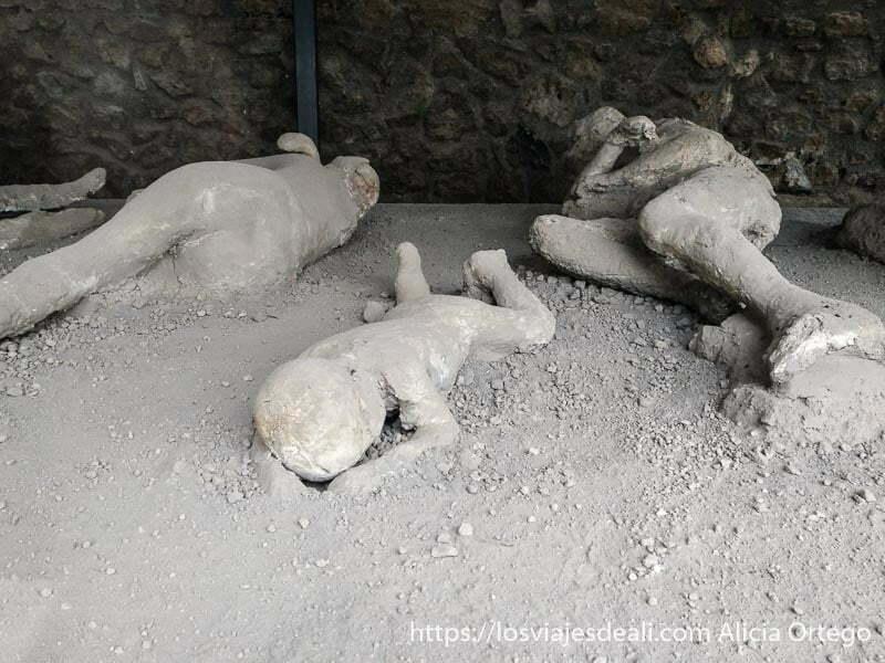 tres cadáveres según salieron de la lava el del centro es un niño visita a pompeya