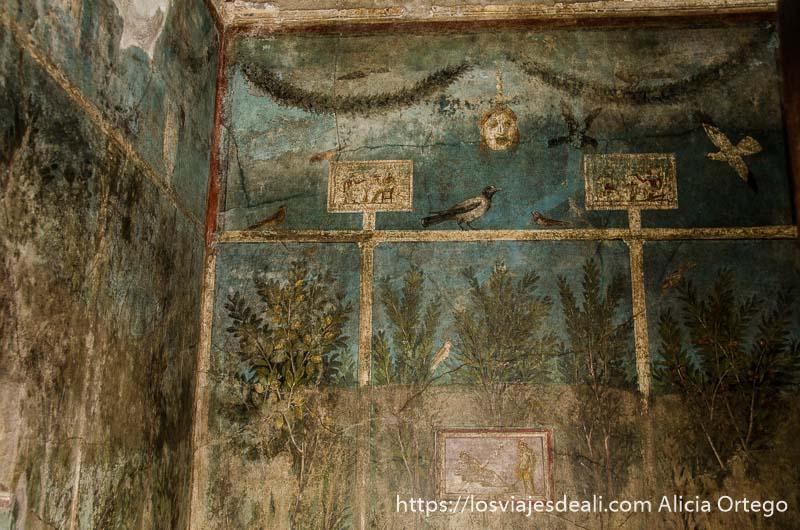 pintura en pared donde se ve jardín y máscara de teatro pompeya