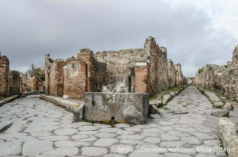 fuente en la esquina de dos calles que se abren en Y visita a pompeya