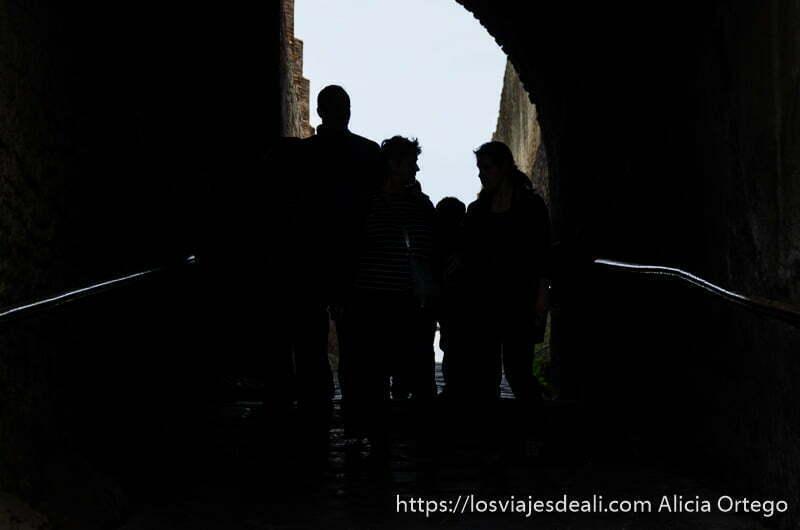 siluetas de visitantes empezando la visita a pompeya