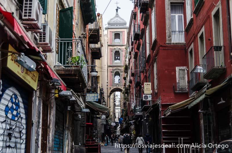 calle con iglesia al fondo paseos por nápoles