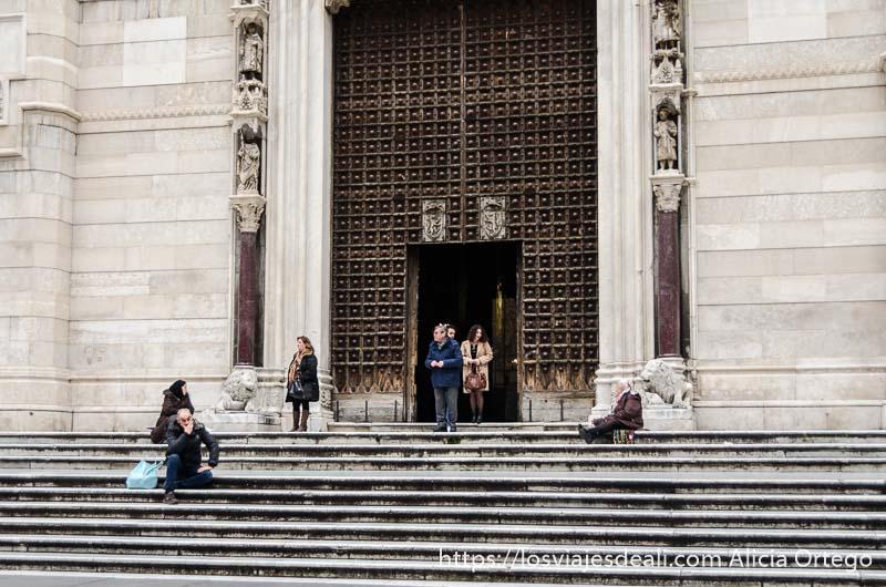 personas en la puerta de una iglesia de nápoles