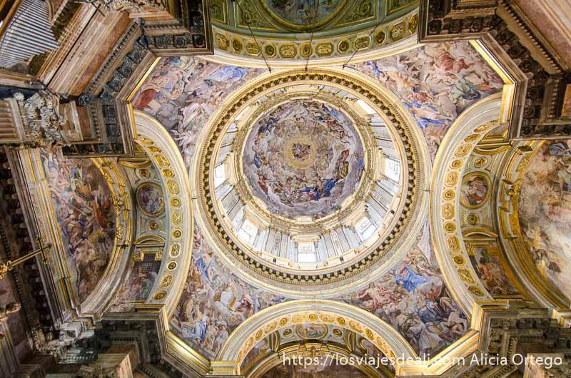 cúpula llena de pinturas en la catedral de nápoles