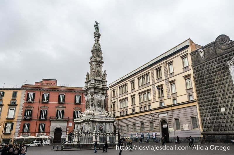 plaza con obelisco en el centro paseos por nápoles
