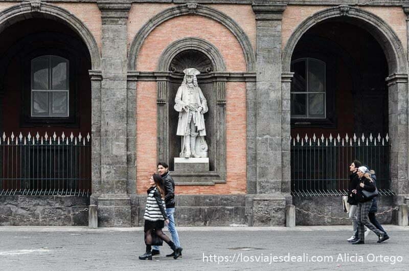 pareja paseando por plaza de nápoles