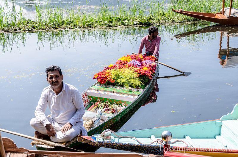 vendedor de flores en Srinagar