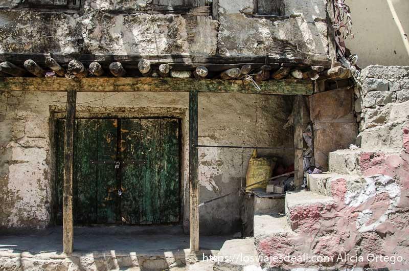 puerta y escalera de kargil uno de los pueblos de cachemira