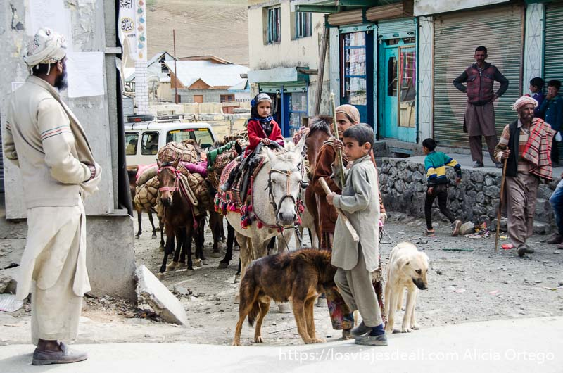 familia nómada con niña de dos años sobre una mula pueblos de cachemira