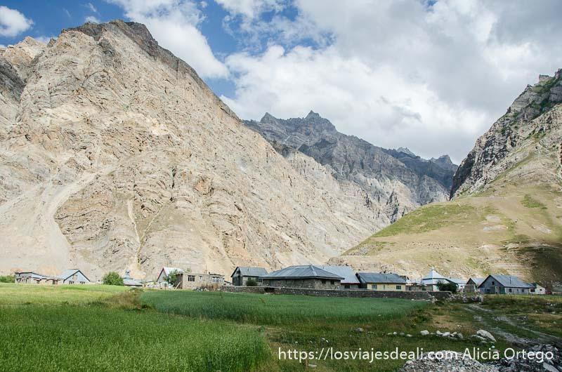 pueblo de cachemira en la montaña rodeado de cultivos india
