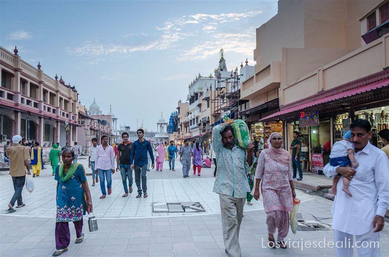 Amritsar frente a la puerta del templo dorado de los sijs