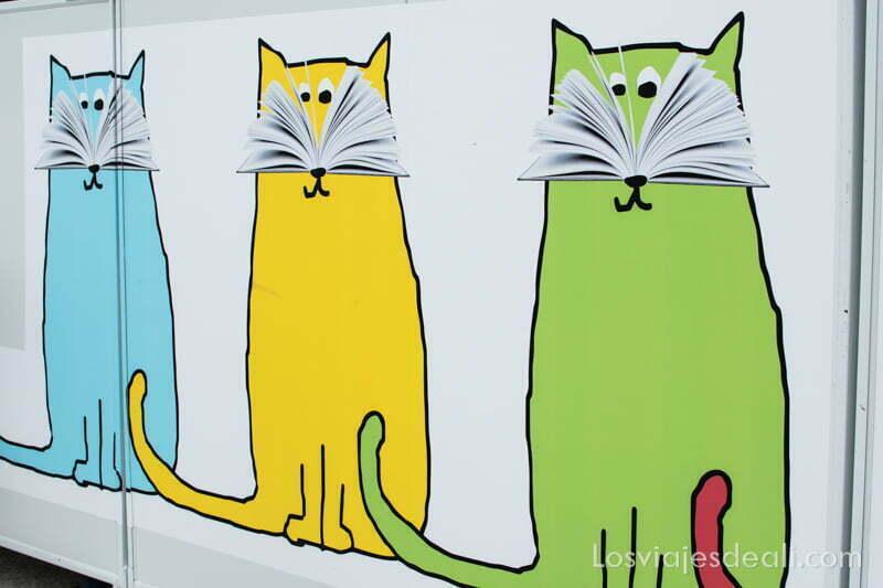 cartel de gatos con libros como bigotes feria del libro de madrid 2017
