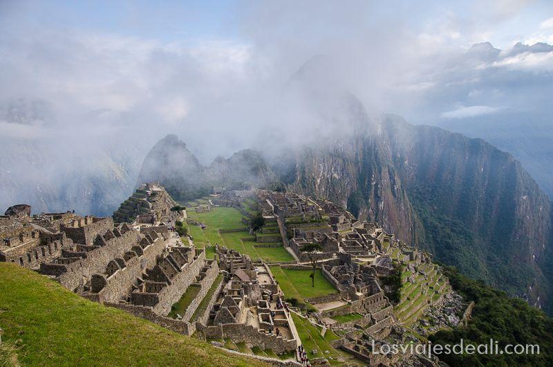 las ruinas de Machu Picchu desde lo alto, uno de los lugares que te pueden dejar con la boca abierta