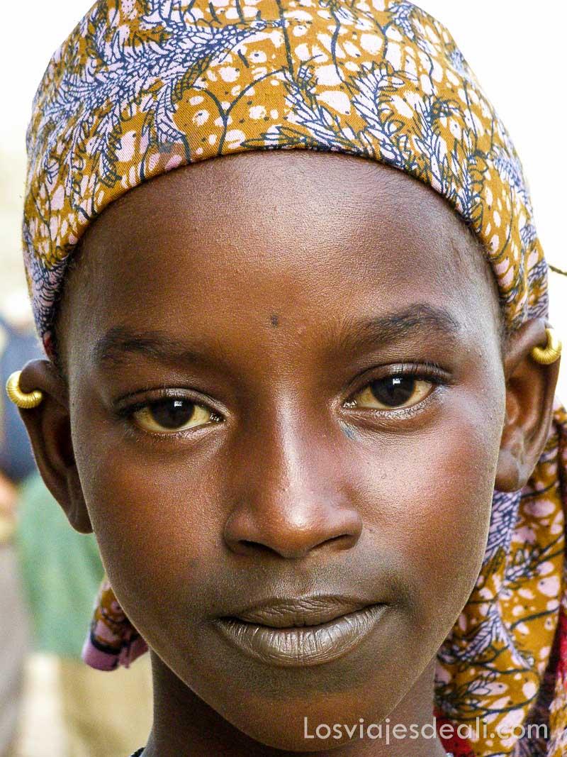 niña de un pueblo del río niger