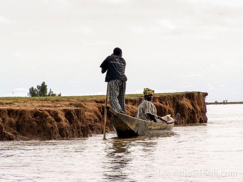 un pueblo del río niger transporte
