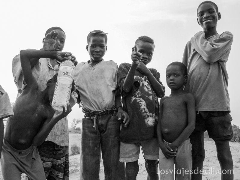 6 niños mirando a la cámara no con un peine prendido en su pelo cortísimo sahel