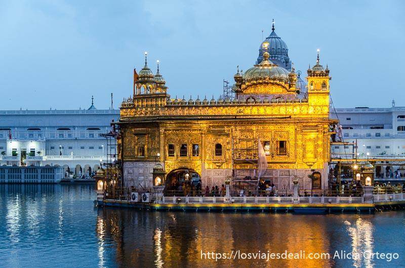 templo dorado de los sijs en la hora azul