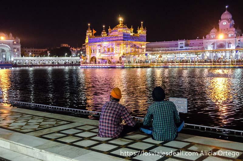 templo dorado de los sijs iluminado con tonos rosas por la noche