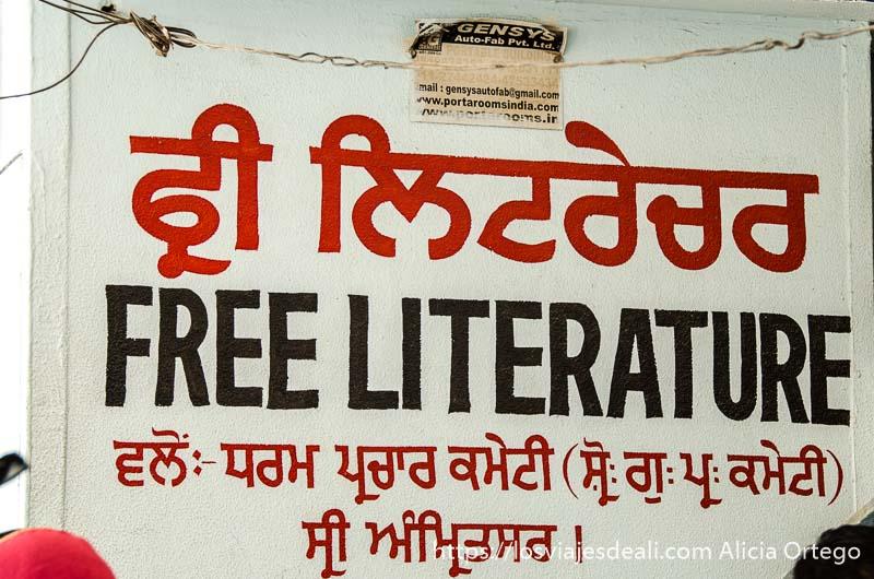 cartel anunciando libros gratis en el templo dorado de los sijs