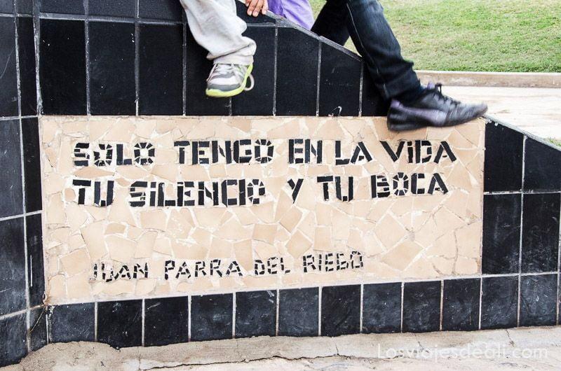 """murete con azulejos y un poema que dice """"solo tengo en la vida tu silencio y tu boca"""""""