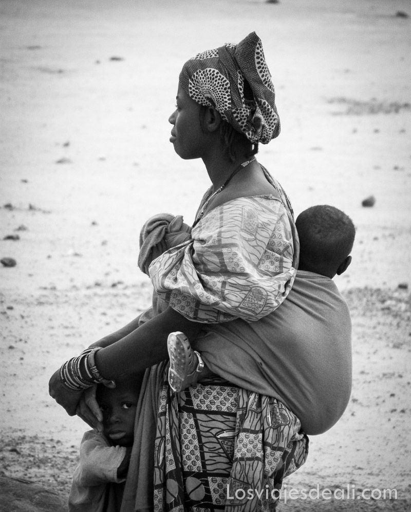 mujer del Sahel y sus hijos