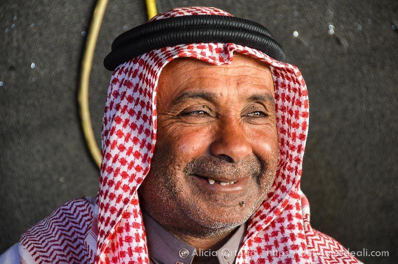 beduino del desierto de wadi rum