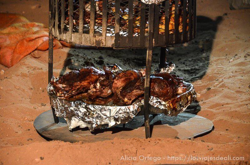 cordero cocinado en arena del desierto de wadi rum