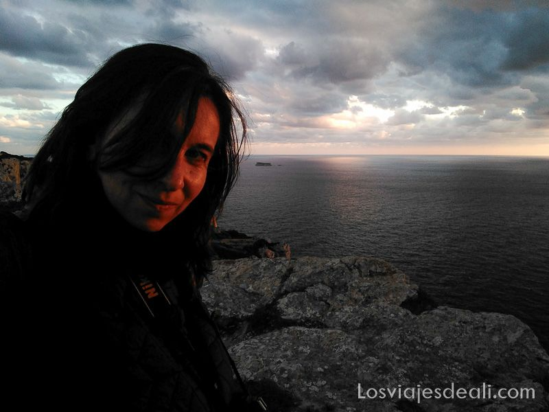 selfie en el atardecer con los acantilados de Dingli detrás en el viaje de 7 dias en malta