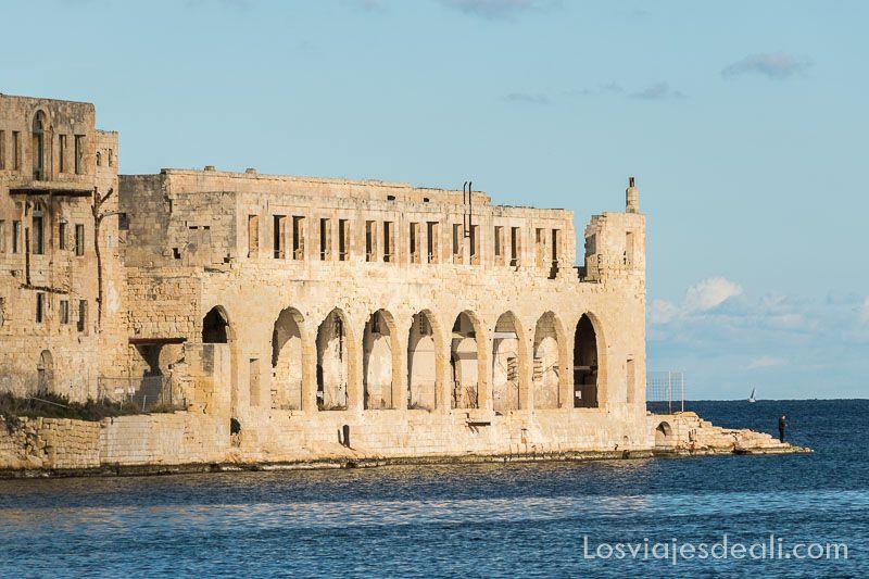 construcción antigua de la valetta al borde del mar, uno de los 5 imprescindibles de Malta